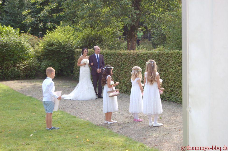 die wunderschöne Braut vor der Trauung