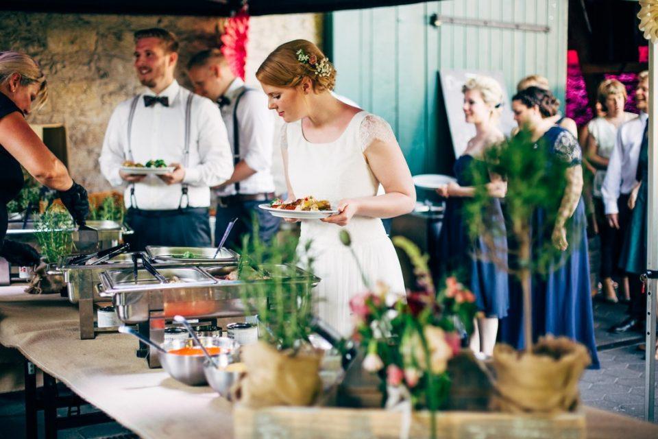 Brautpaar am Buffet von Thammys BBQ auf dem Hof Steffen