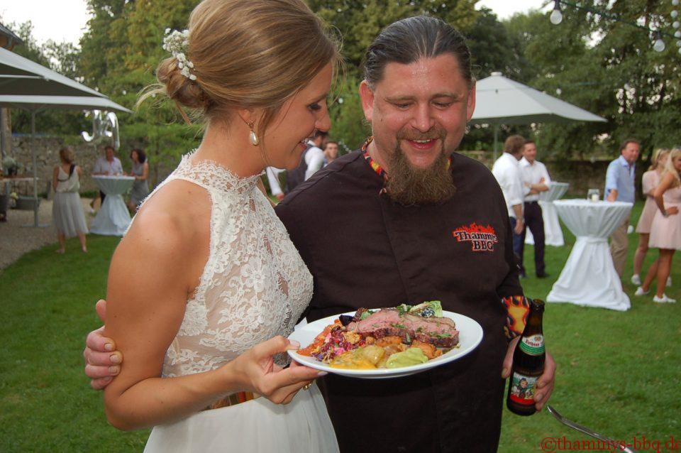 Glückliche Braut beim Hochzeits-BBQ